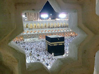 Ka'bah dilihat dari relung roster motif bintang segi delapan di Masjidil Haram Mekah