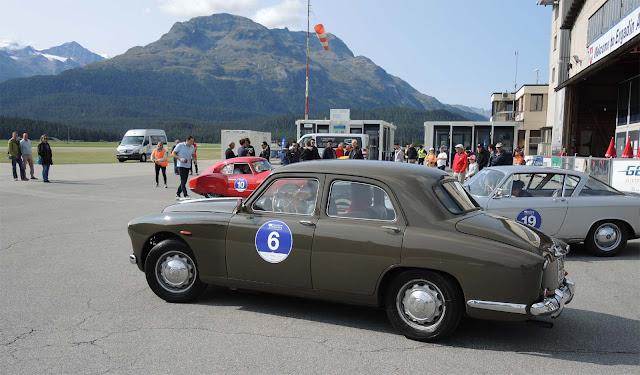 Brauner Alfa Romeo 1900 Berlina auf Flugplatz Samedan, Berge, Bergwipfel, Airport Engadin, viele Autos