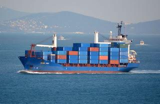 Εντοπίστηκε φορτηγό πλοίο με φορτίο εκρηκτικών υλών. Το οδηγούν στην Σούδα σκάφη του Λιμενικού.
