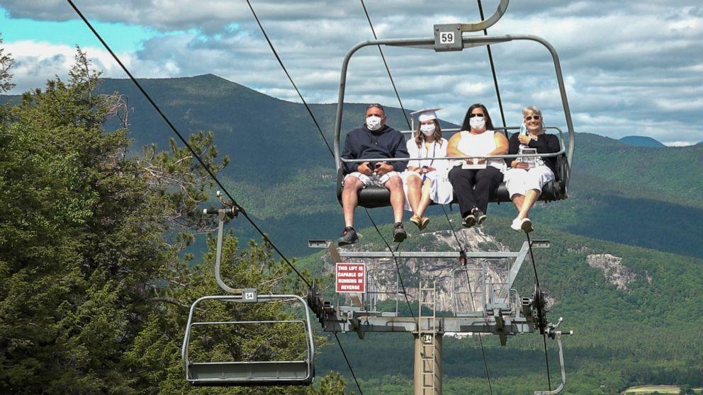 이미지에 대체텍스트 속성이 없습니다; 파일명은 seniors-graduate-ski-lift-ht-04-np-200615_hpEmbed_16x9_992.jpg 입니다.