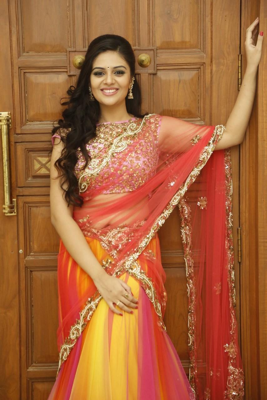 Spicy Saree: Indian Hot Actress: Srimukhi Spicy Navel Show In Half Saree