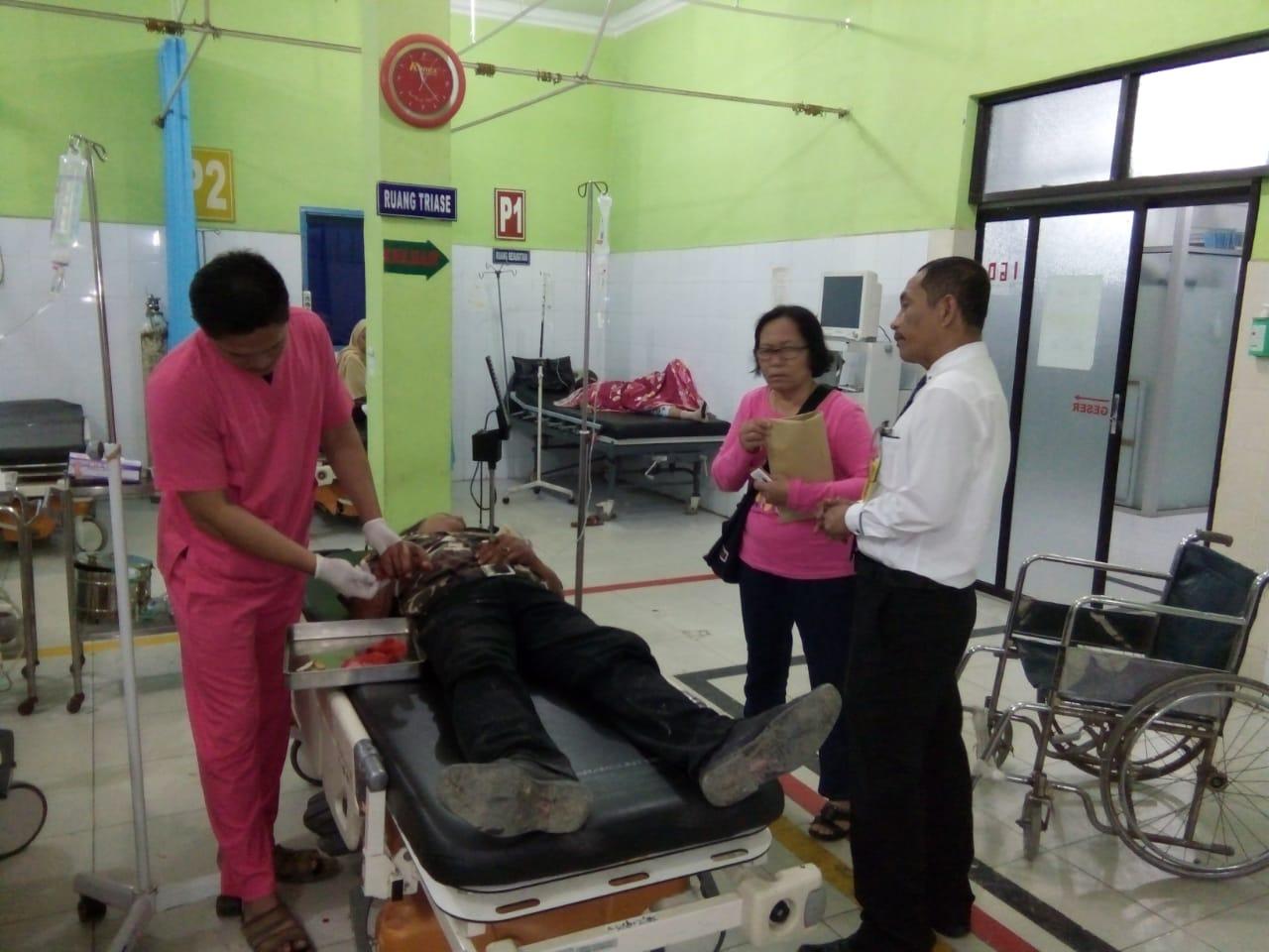 Korban saat mendapatkan perawatan medis di rumah sakit.