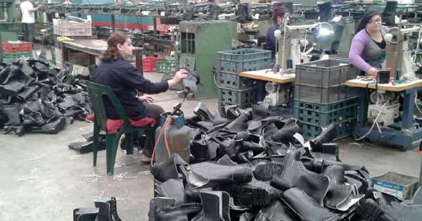 معمل أحذية السويداء.. الجميع متفق مع العمال.. لكن الحلول تتأخر.؟ فيديو