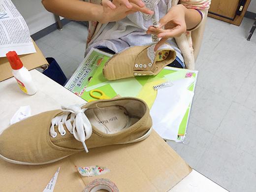 横浜美術学院の中学生教室 美術クラブ 「紙でつくる靴」仕上げの工程2
