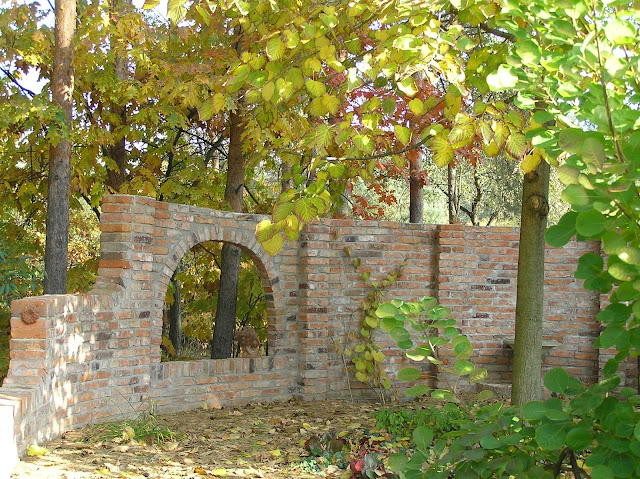 mała architektura ogrodowa z cegły