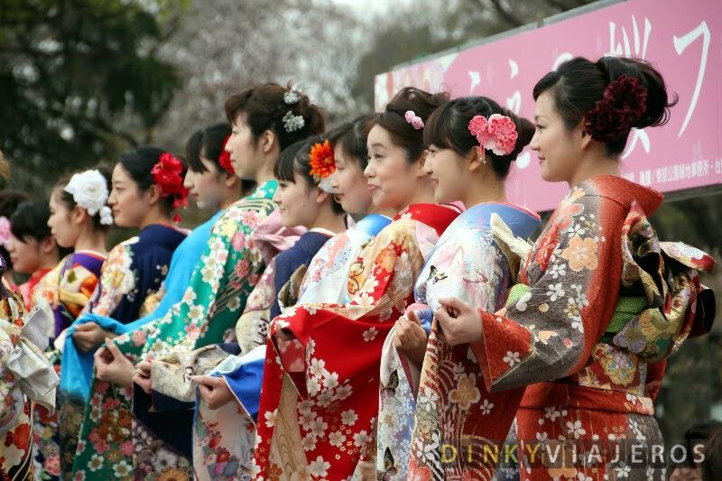 Jóvenes vestidas con el kimono tradicional en el Parque Ueno