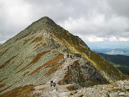 Pośrednia Turnia (słow. Prostredná kopa, 2128 m n.p.m.) - widok z stoku Świnicy.