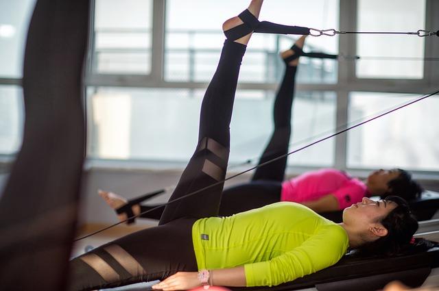 chica haciendo ejercicio de pilates con polea