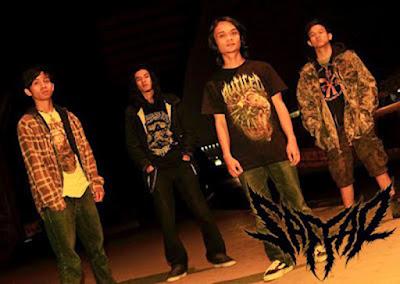 """Biografi SAFFAR   SAFFAR adalah band Death Metal yang berasal dari Ujung Berung, Bandung, Jawa Barat - Indonesia. Jika mendengar deathmetal fikiran kebanyakan orang akam identik dengan kebrutalan dan kematian, tapi itu semua gugur begitu saja jika kita menyimak deathmetal yang diusung dan disajikan band satu ini. Kecuali font band mereka yang memang didesain untuk merepresentasikan musik  SAFFAR, selebihnya mereka menyuguhkan warna musik berbeda dibanding band deathmetal pada umumnya.  Simak empat lagu mereka yang terangkum dalam CD promo yang penjualannya disatupaketkan dengan rilisan kaus Fuck Your Orde Seclorum. Musik yang mereka sajikan memang tak ada beda dengan deathmetal yang banyak dimainkan band-band asal Ujungberung, tempat asal mereka tumbuh. Namun, dari segi lirik, lagu-lagu Saffar sangat kental bernapaskan Islam. Mulai dari singel pertama Gorok Zionis hingga Samiri Jilat Bumi, SAFFAR telah memposisikan diri sebagai band deathmetal dengan ideologi yang berbeda. Mereka sadar pemilihan jalan ideologi seperti itu membawa konsekuensi tertentu. Salah satunya tudingan ideologi musik yang diusung SAFFAR telah melenceng karena tak mengumbar kebrutalan secara total. """"Tapi, kami anggap tudingan seperti ini sebagai hal wajar. Kami yakin setiap pilihan memili konsekuensi masing-masing,"""" tutur Ramon, basis SAFFAR.  Namun pada akhirnya, kualitas musiklah yang"""
