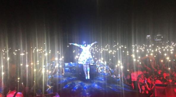 Flash Light Hape Jadi Fenomena Baru Dan Warnai Konser Musik Malam Hari