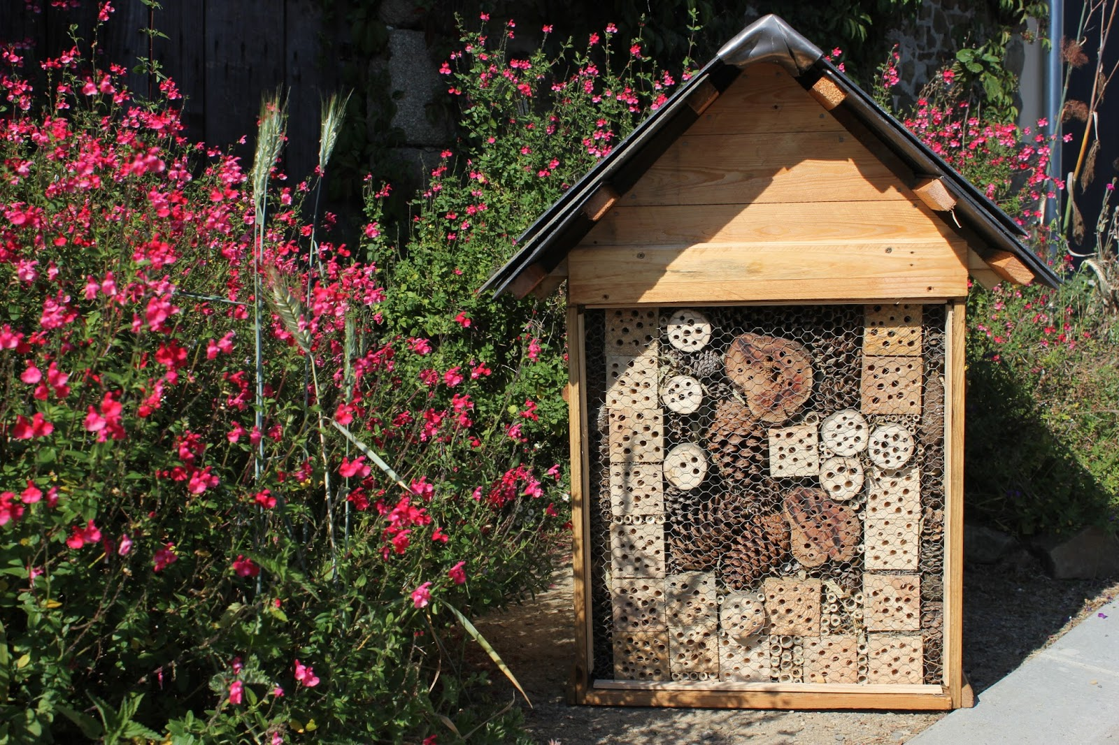 Insect hotel for camouflaging an eyesore