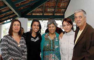 Na entrega da sede provisória do CAPSI: prefeito Mario Tricano e primeira-dama Elizabeth Tricano com as filhas Carla e Valéria, e a juíza Vânia Gonçalves