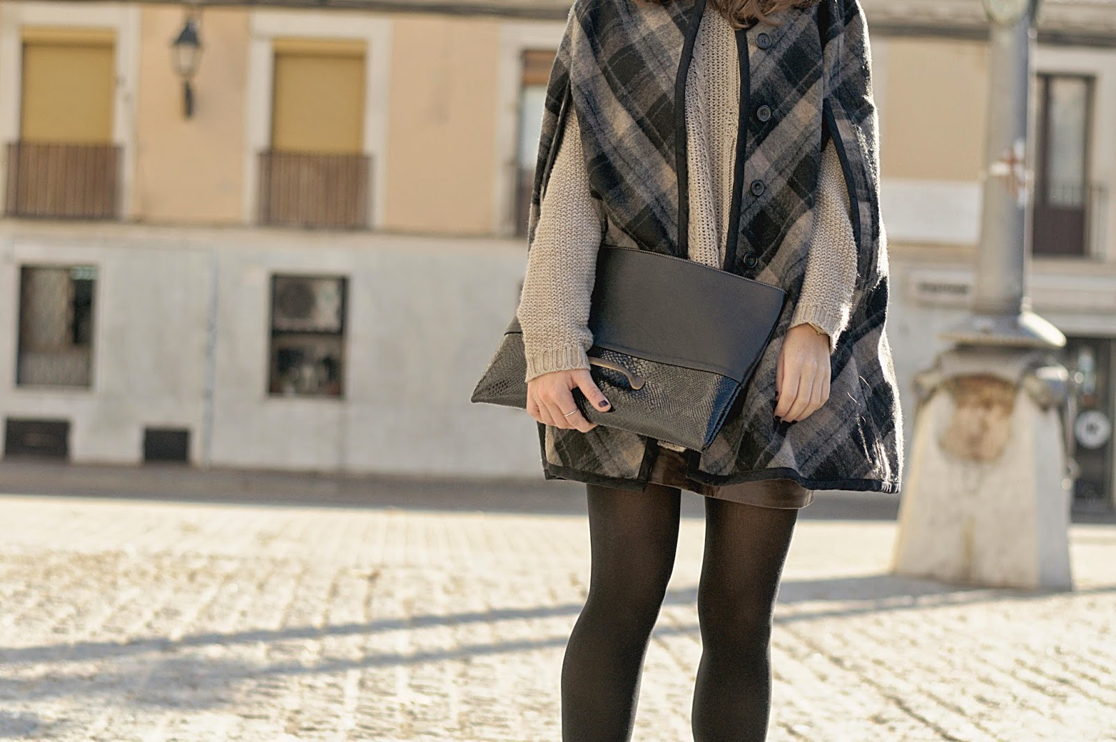 Capa y falda Zara, Jersey Mango, Malices via Chicplace Clutch, Zapatos Urban Outfiters
