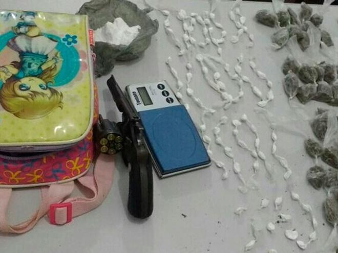 Mulher é presa com drogas e arma dentro de mochila de bebê na cidade de Lapão