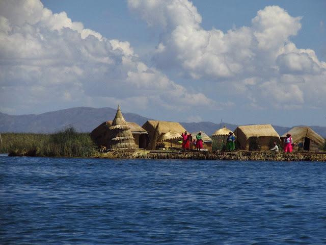 Dopływamy do Islas Flotantes, Uros