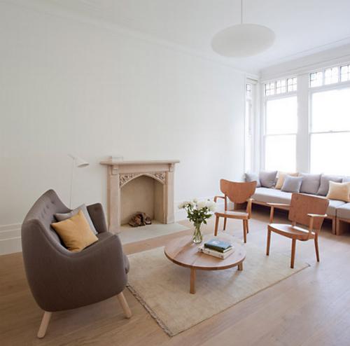 Das weiß gestrichene Wohnzimmer in in Beigetönen eingerichtet.