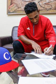El cubano Roel Santos oficializó este miércoles la firma de su contrato con el Chiba Lotte