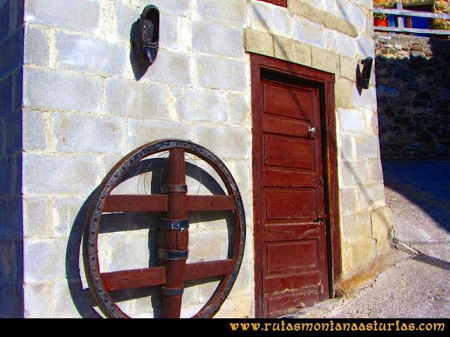 Ruta Requexón Valdunes, la Senda: En Soto de Caso, madreñas y una rueda de carro
