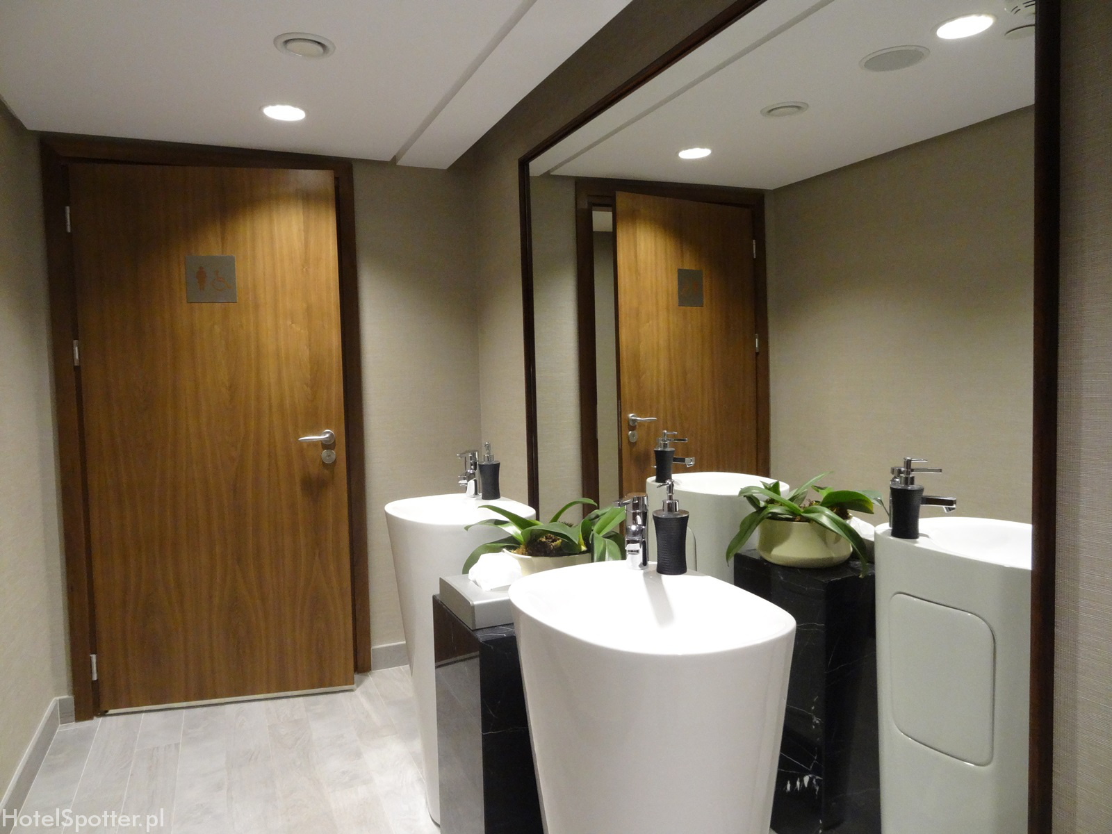 DoubleTree by Hilton Warsaw - lazienka na korytarzu