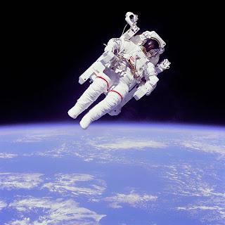 Di luar medan gravitasi Bumi, astronot dapat melayang di angkasa.
