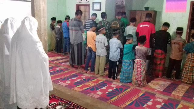 Padat kegiatan TMMD/N Kodim 0311/Pessel di siang hari, malam tetap melaksanakan Sholat Berjamaah