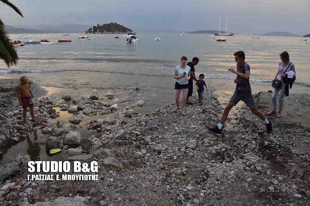 Βομβαρδισμένο τοπίο η παραλία του Τολού από την καταιγίδα (βίντεο)