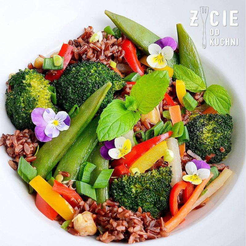 danie wegetarianskie, brokulym papryka, ryz czerwony, groszek cukrowy, bratki, marchewka, kalarepa, obiad, smazone warzywa, warzywa na patelnie, kielki, kolacja, dodatek do grilla, salatka do dan z grilla