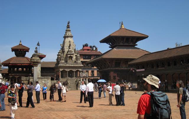 Entre las pagodas, el templo de piedra Vatsala Devi, destruido por los terremotos de 2015