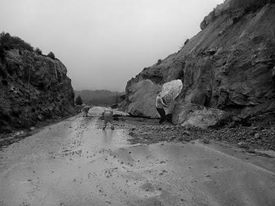 Peligro desprendimientos por lluvias, Moncho, piedra, tráfico