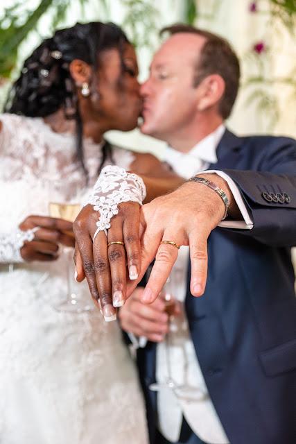 les mariés exhibent leurs mains avec les alliances