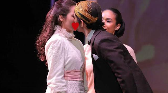Adegan Ciuman Reza Rahadian Terhadap Chelsea Islan Dalam Pementasan Teater 'Bunga Penutup Abad'.