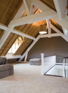Keterbatasan ruang menjadi duduk kasus bagi kebanyakan pada hunian  44 Ide Kreatif Memanfaatkan Ruang di Bawah Atap