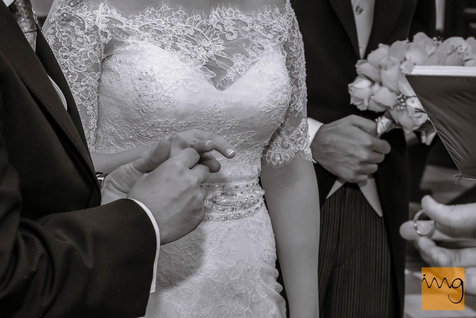 Fotografía de boda, detalle de la alianza.