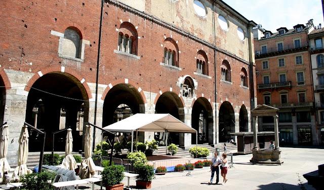 Sobre a Piazza Mercanti em Milão