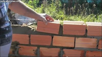 levantando muro de tijolos