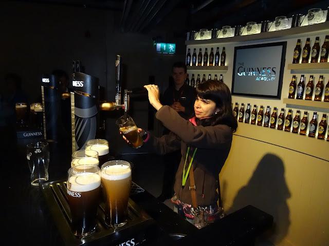 mulher tirando cerveja