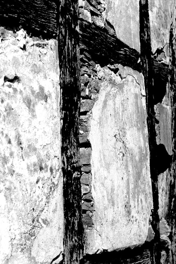 Blog + Fotografie by it's me! | fim.works | SchwarzWeissBlick No 16 | verlassenes Gehöft | Lost Place | vorgewölbtes Fachwerk