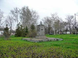 Великі Сорочинці. Вул. Гоголя. постамент пам'ятника В. І. Леніну