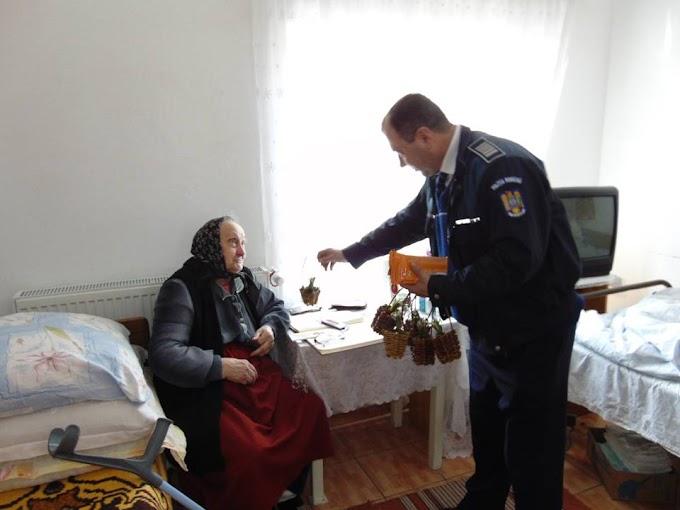 Poliţiştii, cu ghiocei şi broşuri la căminul de bătrâni din Vatra Dornei