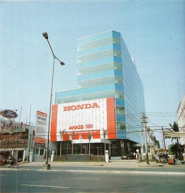 gedung dengan lapis biru bergaya modern dengan reklame dealer honda di bagian terbawah gedung