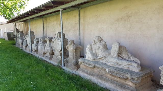 Ellingen - alte Steine nahe Pfarrkirche St.-Georg