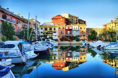 Ett litet spanskt Venedig? Port Saplaya nära Valencia.