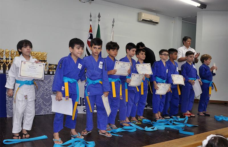 2f4ea23fb25 O Colégio Jean Piaget realizou na noite do dia 13 de dezembro a cerimônia  de promoção de faixa e premiação dos alunos do curso extracurricular de  judô.