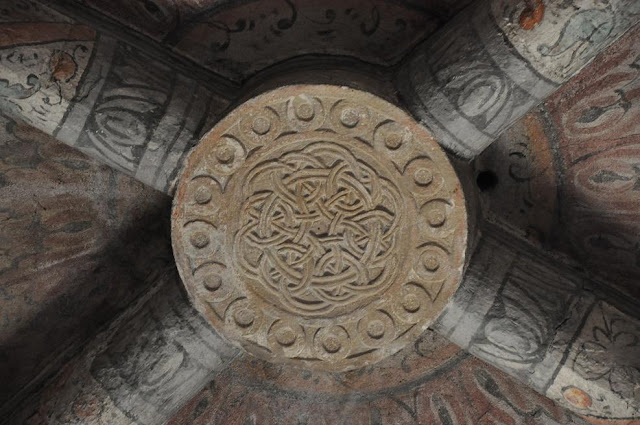 Późnoromański kościoł pocysterski w Koprzywnicy - dekorowany zwornik sklepienia