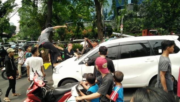 Heboh! Rombongan Iringan Jenazah Tidak Diberi Jalan Oleh Pengemudi Avanza, Mobil Pun Diserang. Selanjutnya Jadi Begini