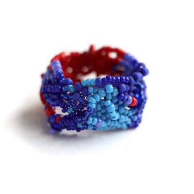 купить Яркое крупное кольцо из бисера. Фриформ украшения