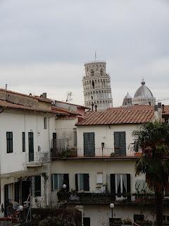 ピサの城壁から見る斜塔
