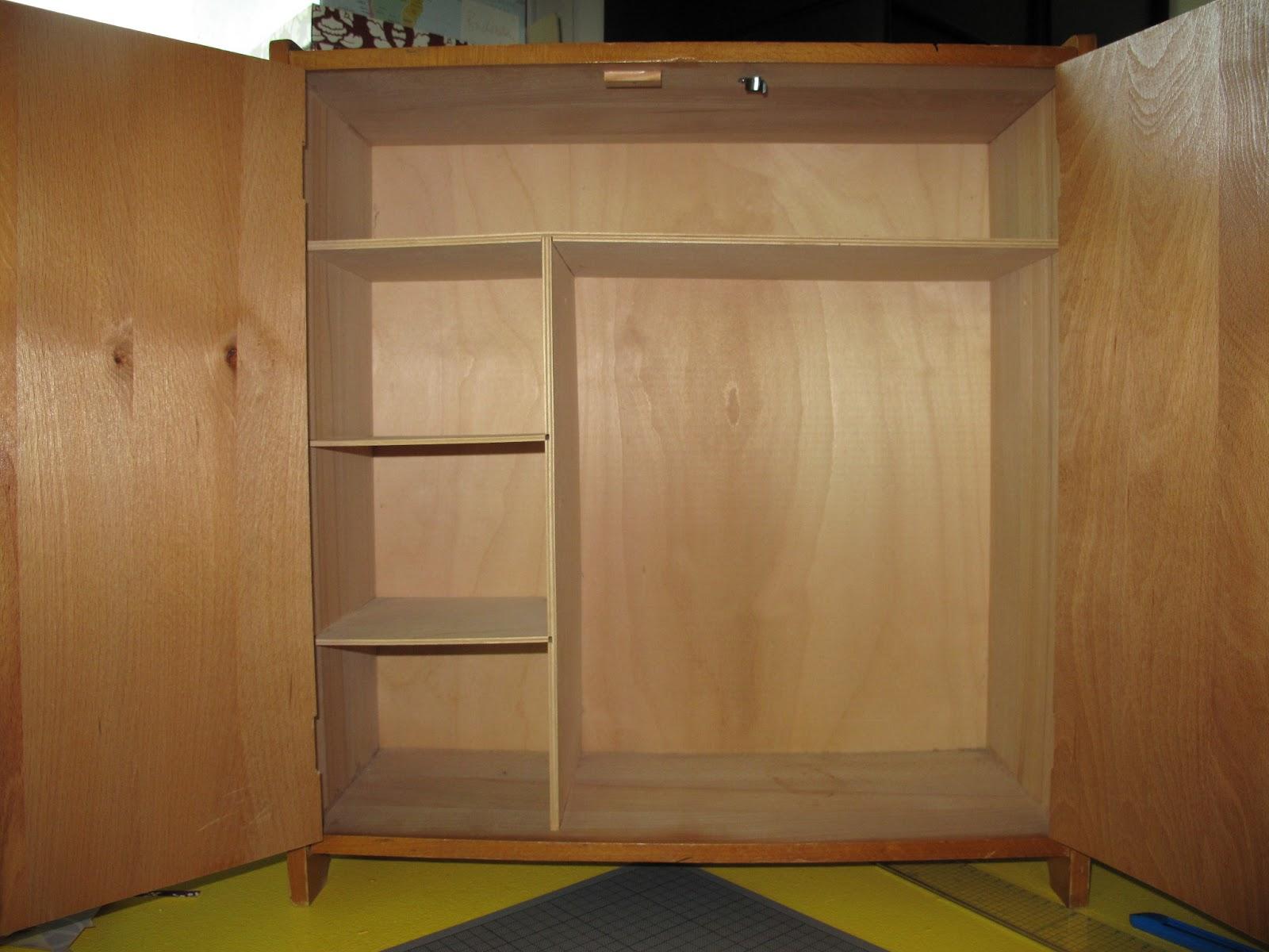 karolins werkstatt m belverr ckt upcycling von m beln mit papier puppenschrank vorher nachher. Black Bedroom Furniture Sets. Home Design Ideas