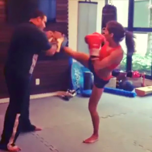 Atriz Deborah Secco mostra fotos shortinho e top do treino de muay thai