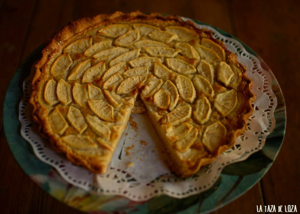 tarta-normanda-de-manzanas-sobre-bandeja